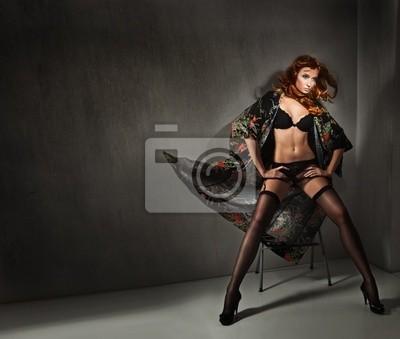 Vogue Style Foto einer jungen Schönheit über dunkle Wand