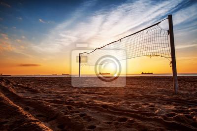 Volleyballnetz und Sonnenaufgang am Strand