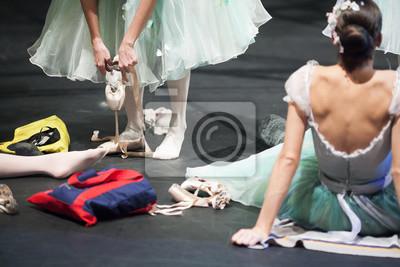 Vorbereitung, Backstage, Passionskonzept. auf der Bühne des Theaters weibliche Ballett-Tänzer vorbereitet, um endgültige Probe, tragen pointe Schuhe, Putting Bänder und Aufwärmen