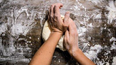 Bild Vorbereitung des Teigs. Vorbereitung der Teig die Frauen die Hände.