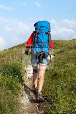 Wandern junge Frau mit Rucksack