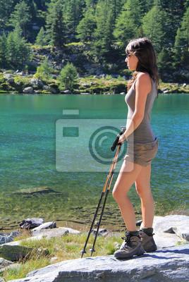 Wandern Mädchen ruht auf Arpy See
