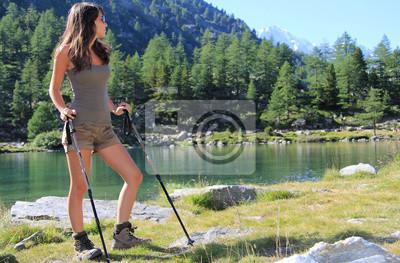 Wandern Mädchen schaut auf Bergsee