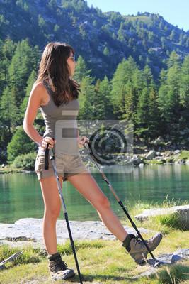 Wandern Mädchen schaut grünen Bergsee