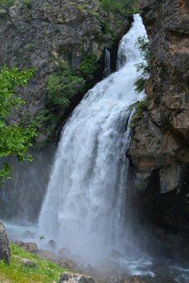 Bild Wasserfall folgt aus hohen Klippen