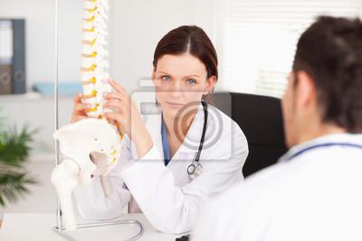 Weibliche Arzt berühren Wirbelsäule