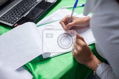 Weibliche Hand mit Pen Füllung in das persönliche Formular.