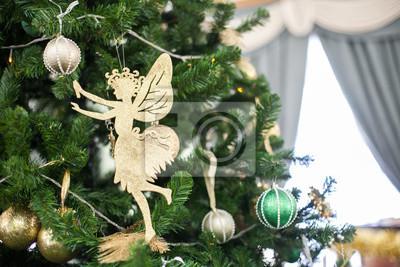Weihnachten Fee hängt an einem Tannenzweig