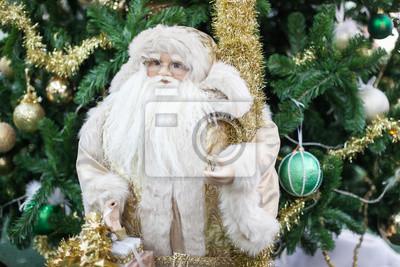 Weihnachten Santa Claus Spielzeug vor der Kiefer