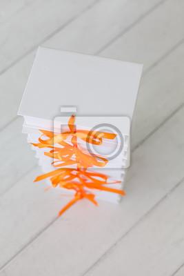 Weiße Geschenk-Boxen auf einem weißen hölzernen Hintergrund. Weiß Geschenk-Boxen.