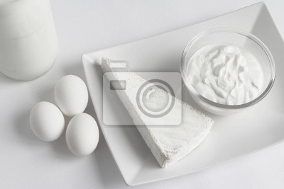 Weiße lebensmittel: bree-käse, naturjoghurt, eier und stück milchflasche -  Bilder - myloview