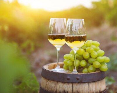 Bild Weiße Trauben und zwei Gläser Weißwein