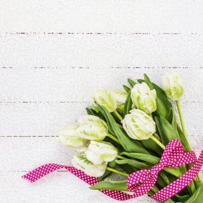 Bild Weiße Tulpen mit rotem Band auf weißem Tischtuch verziert. Textfreiraum, Draufsicht
