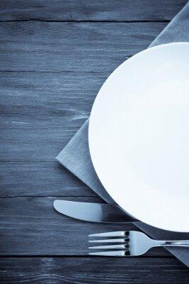 Bild weißen Teller, Messer und Gabel auf Holz