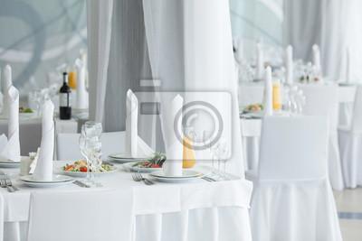 Weißes Restaurant Interieur. Tabellenlayout.