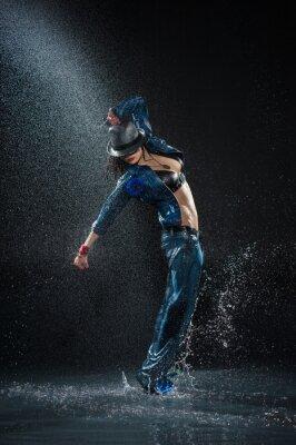 Bild Wet tanzenden Frau. Unter Wassertropfen. Studio Foto