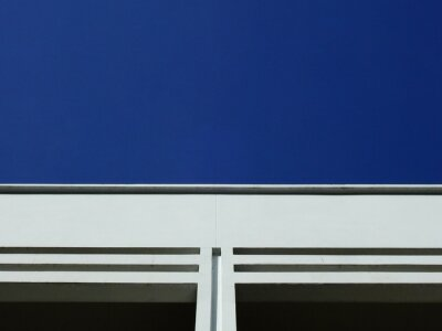 Bild white building with blue sky background