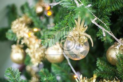White Christmas Spielzeugkugel hängt an einem Weihnachten Tannenzweig