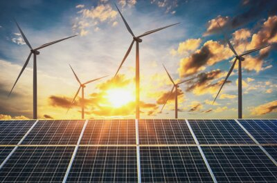 Bild Windkraftanlage mit Sonnenkollektoren und Sonnenuntergang. Konzept saubere Energie