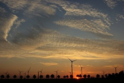Bild Windpark im Aufbau bei Sonnenuntergang mit Cirrocumuluswolken
