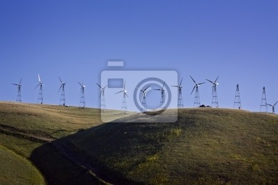 Windturbinen auf den Hügeln in den späten Nachmittag.