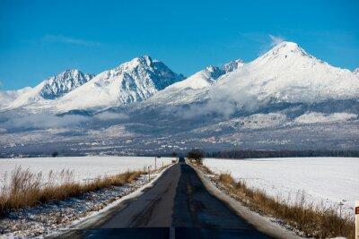Bild Winter-Fahren - Winter-Straße Landstraße führt durch eine Winter-Berglandschaft.