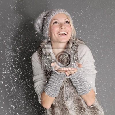 winter frau im mantel und mütze