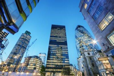 Bild Wolkenkratzer in der City of London in der Nacht.