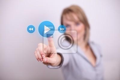 Woman Drücken Spiel-und Medientaste