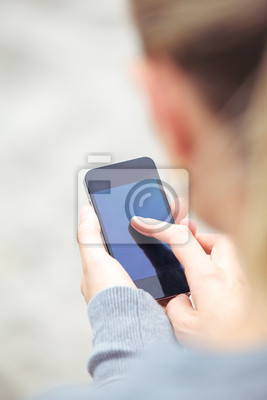 Woman Eingabe auf ihrem Handy