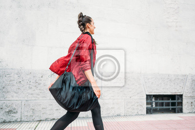 Bild Woman looking forward while walking on the way to the gym.