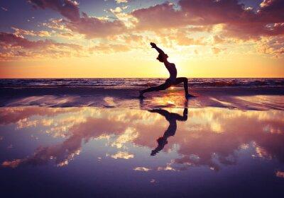 Bild woman practicing yoga