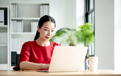 Bild Work at home, Video conference, Online meeting video call, Portrait of beautiful young asian woman looking at computer screen watching webinar and working on laptop in workplace