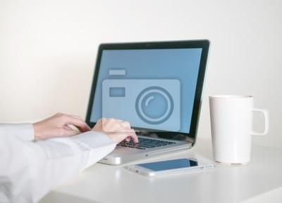 Bild Worker Frau arbeitet auf Laptop-Computer im Büro.