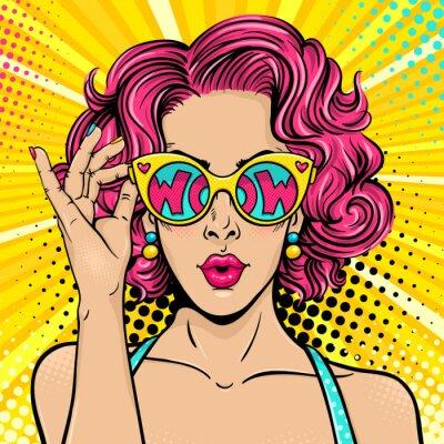 Bild Wow Pop Art Gesicht. Sexy überrascht Frau mit rosa lockiges Haar und offenen Mund mit Sonnenbrille in der Hand mit Inschrift wow in Reflexion. Vector bunten Hintergrund in Pop-Art Retro Comic-Stil.