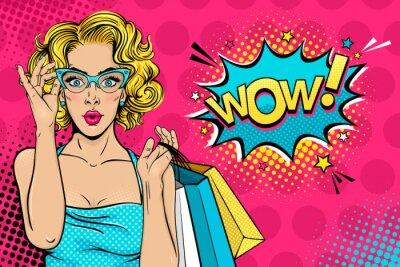 Bild Wow weibliches Gesicht. Sexy überrascht junge Frau in Gläsern mit offenem Mund und blonde lockiges Haar mit Einkaufstüten und Wow! Sprechblase. Vector hellen Hintergrund in Retro-Comic-Stil der Pop-Ar