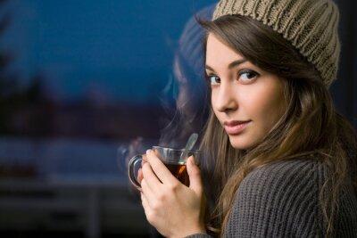 Bild Wunderschöne junge Brünette mit Tee.