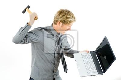 Bild wütender Mann mit Hammer Schlagt Markt auf Notebook