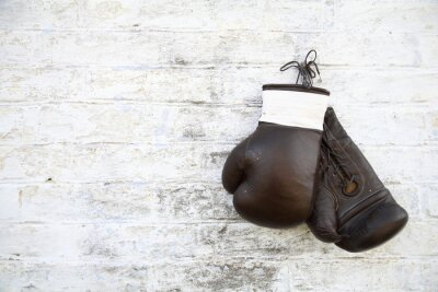 Bild перчатки для бокса висят на стене