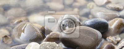 Abgerundete Steine im Wasser