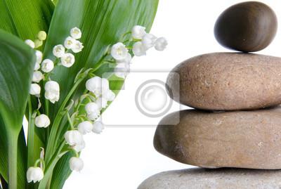 Bild Zusammensetzung der Kieselsteine gestapelt mit Lilien