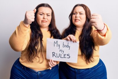 Bild Young plus size twins holding my body my rules banner annoyed and frustrated shouting with anger, yelling crazy with anger and hand raised