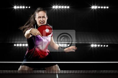 Young Sport Frau Tennis-Spieler im Spiel auf schwarzem Hintergrund