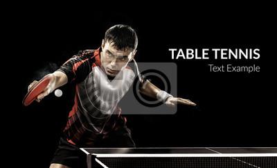 Young Sport Mann, der Tennis-Spieler im Spiel auf schwarzem Hintergrund.