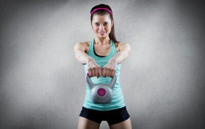 Bild Young woman kettlebell workout