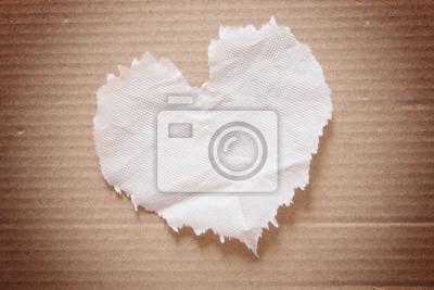 Bild Zerknittertes braun Seidenpapier (Herzform) auf Karton