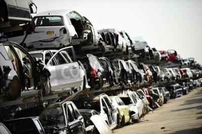 Bild Zerstörte Fahrzeuge sind auf einem Autoschrottplatz zu sehen