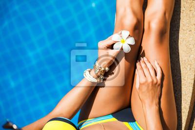 Ziemlich Luxus Sanfte Frau Sonnenbaden Am Pool Perfekte Figur