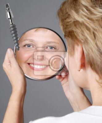 Bild zufriedene Frau mit Zahnimplantat