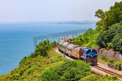 Bild Zug auf der Eisenbahn in der Nähe von Fangshan Station in Pingtung, Taiwan